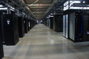 Este es un data center, aquí se almacenan los datos que generan casa transacción de una gran cadena de tiendas, si en una usb cabe gigas y gigas aquí cabe mucho más, imagina lo valioso que es escuchar a un cliente